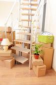 Stapel kartons in der nähe von treppen: bewegliche hauskonzept — Stockfoto