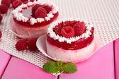 торты вкусные ягоды на таблице крупным планом — Стоковое фото