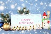日历,在蓝色背景上的新的一年装饰和杉木树 — 图库照片