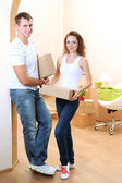Young couple moves into new home — Stockfoto