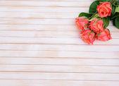 Bouquet de hermosas flores artificiales, sobre fondo de madera — Foto de Stock