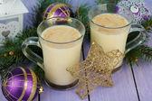 Copos de gemada com ramos de abeto e decorações de Natal com fundo de madeira — Fotografia Stock