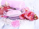 Tratamentos de spa na cor de fundo de madeira — Fotografia Stock
