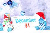 Kalender med nya året dekorationer på vintern bakgrund — Stockfoto