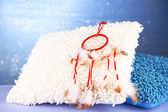 Güzel bir rüya yakalayıcı ve yastık mavi zemin üzerine — Stok fotoğraf