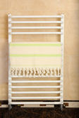 Color towel on radiator in bathroom — Stock fotografie