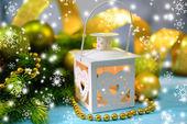 Kerst lantaarn, fir tree en decoraties op lichte achtergrond — Stockfoto