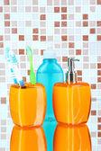 Cosmetici e accessori da bagno su sfondo di mosaico piastrelle — Foto Stock
