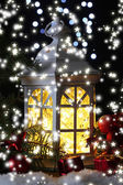 Decoratieve gloeiende lantaarn nachts — Stockfoto