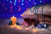 Samenstelling met plaids, kaarsen en kerstversiering, op witte tapijt op lichte achtergrond — Stockfoto