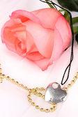 Concurso rosa com pingente de coração — Foto Stock