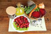 Rüben-salat auf teller auf serviette auf holztisch — Stockfoto