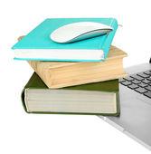 Datormus på böcker och anteckningsboken isolerad på vit — Stockfoto