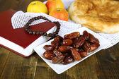 Komposition mit traditionellen ramadan essen, auf hölzernen hintergrund — Stockfoto