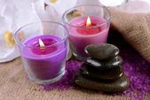 Kompozycja z piękne kolorowe świece, sól morska i kwiaty orchidei, na tle drewniane — Zdjęcie stockowe