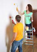молодая пара делает ремонт в новом доме — Стоковое фото