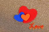 Srdce vyroben z plsti na zlatém pozadí — Stock fotografie