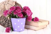 Bukett med rosa krysantemum i hink på vit trä bakgrund — Stockfoto