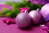 枞树,在彩色背景上的圣诞球 — 图库照片