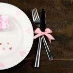 romántica puesta de la mesa de fiesta, en el fondo de madera — Foto de Stock