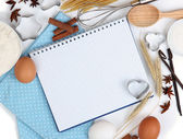 Vaření koncepce. základní pečící ingredience a kuchyňské nástroje zblízka — Stock fotografie