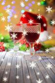 蜡烛和圣诞装饰在明亮的背景上 — 图库照片