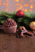 Tasty cupcake with butter cream, on wooden table, on bright background — Stock Photo