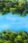 Ramas de los árboles de navidad sobre fondo de madera — Foto de Stock