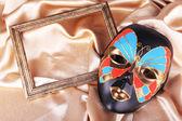 Maske altın kumaş zemin — Stok fotoğraf