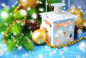 Boże narodzenie latarnia, jodły i dekoracje na jasnym tle — Zdjęcie stockowe