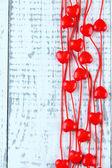 сердце образный бусы на строку на деревянных фоне — Стоковое фото