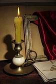 Vecchia candela sul tavolo in sala — Foto Stock
