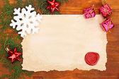 Vintage kağıt ve noel dekorasyonları ahşap zemin çerçeve — Stok fotoğraf