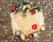 Marco con decoraciones de navidad y papel vintage sobre fondo de madera — Foto de Stock