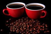 Rote Tassen starken Kaffee und Kaffeebohnen hautnah — Stockfoto
