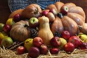 Herbst zusammensetzung der früchte und kürbisse im stroh auf hölzernen hintergrund — Stockfoto
