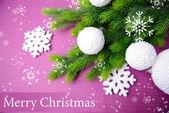 Vánoční koule na stromeček jedle, na barvu pozadí — Stock fotografie