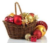 圣诞装饰品在篮子上白色孤立 — 图库照片