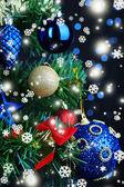Jouets sur l'arbre de Noël sur fond de lumières de Noël — Photo