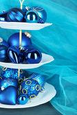 стоят рождественские украшения на десерт, на цвет фона — Стоковое фото