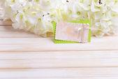 букет из красивых искусственных цветов, на фоне деревянных цвет — Стоковое фото