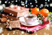 Sammansättning av bok med kopp kaffe och jul dekorationer på bordet på mörk bakgrund — Stockfoto