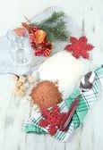 烹调圣诞饼干木桌子上 — 图库照片