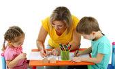 Petits enfants dessin avec maman isolée sur blanc — Photo