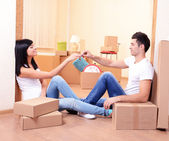 Young couple moves into new home — Foto Stock