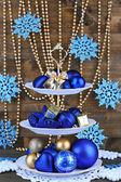 стоят рождественские украшения на десерт, на цветной деревянный фон — Стоковое фото