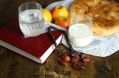 Geleneksel ramazan yemekleri, kutsal kitap ve ahşap zemin üzerinde tespih kompozisyonu — Stok fotoğraf