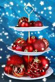 Kerstversiering op dessert staan, op een achtergrond met kleur — Stockfoto