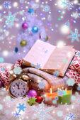 Komposition mit Servietten, Kerzen und Weihnachtsschmuck, auf weißen Teppich auf hellem Hintergrund — Stockfoto