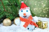 Mooie sneeuwpop en christmas decor, op lichte achtergrond — Stockfoto